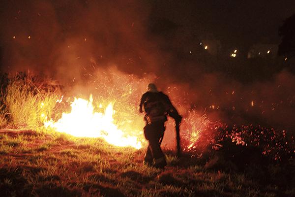 Governador Valadares: incêndio consumiu 121 hectares do Pico do Ibituruna