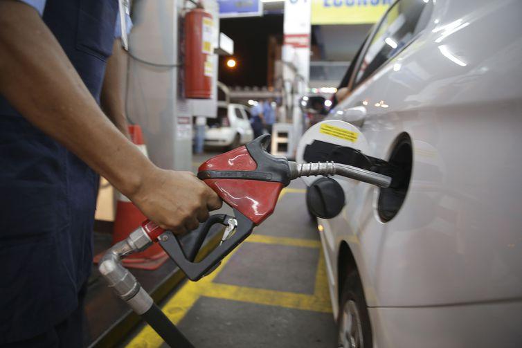 Procon aperta cerco e gasolina cai de R$ 4,60 para R$ 4,09