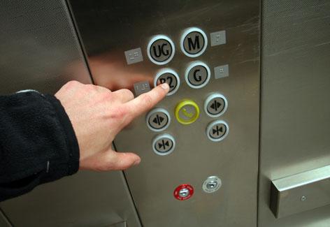 TJMG: aposentada deve indenizar vizinho por ofensa homofóbica em elevador