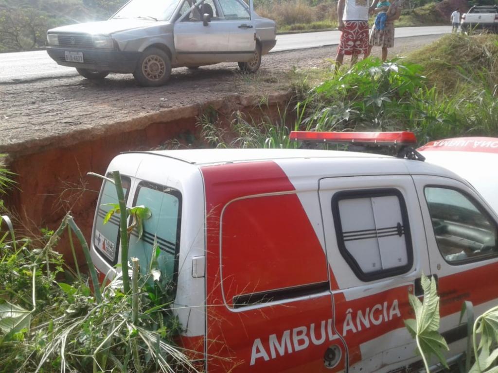 Motorista de ambulância perde controle, atinge motocicleta, destrói cerca e cai em buraco