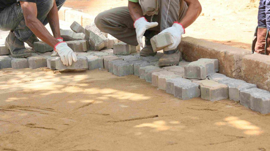 Timóteo reforma calçadas usando bloquetes com agregado siderúrgico