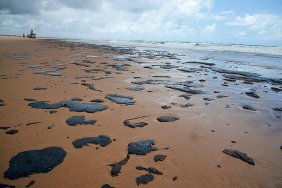 Vazamento de óleo pode ter partido de navio irregular, aponta investigação da Marinha