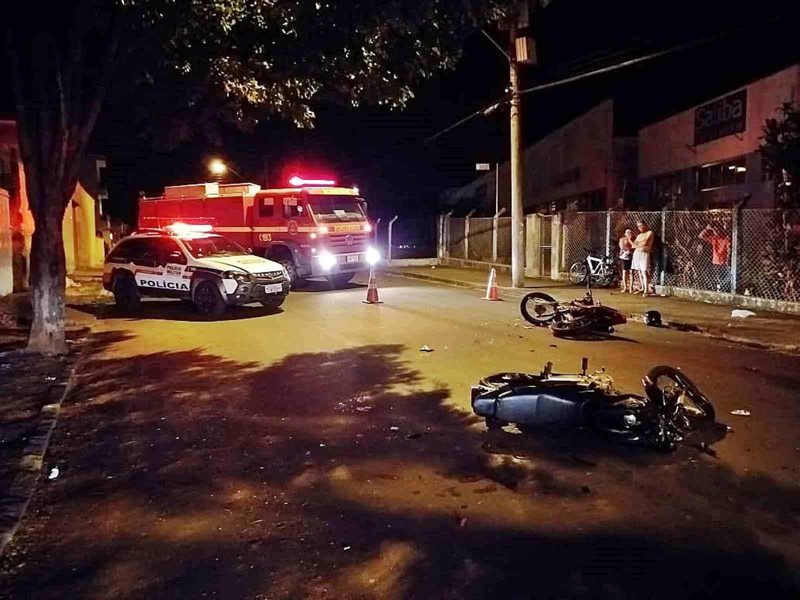 Colisão frontal entre duas motocicletas deixa três feridos