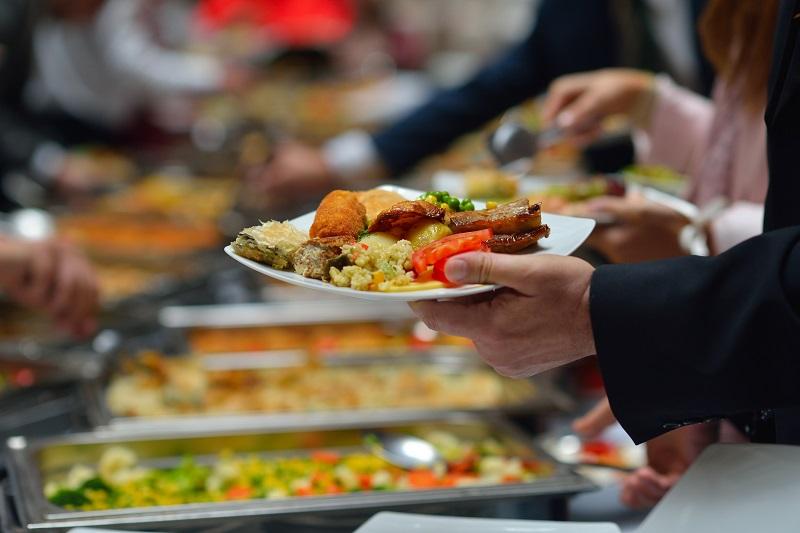 Brasileiro destina mais do orçamento para comer fora, revela IBGE