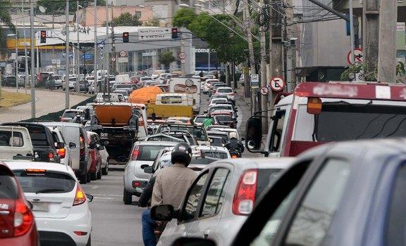 1,3 milhão de motoristas ainda devem IPVA em Minas Gerais. Imposto pode ser pago em 12x