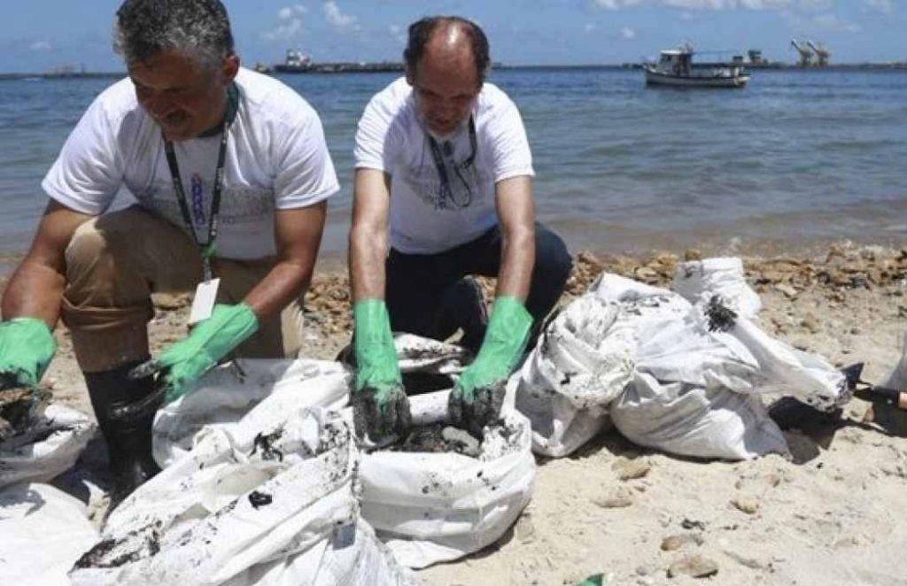 Cientistas detectam óleo 2 dias antes de passagem de navio grego