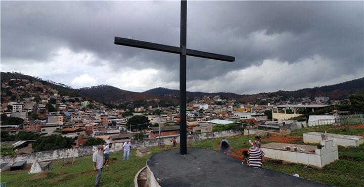 Finados: mesmo com tempo nublado, cemitérios de Ipatinga recebem 25 mil visitantes