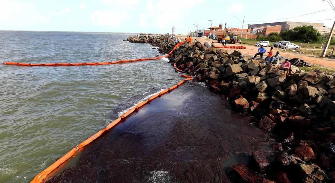 Manchas de óleo fecham 17 praias no Nordeste para banho
