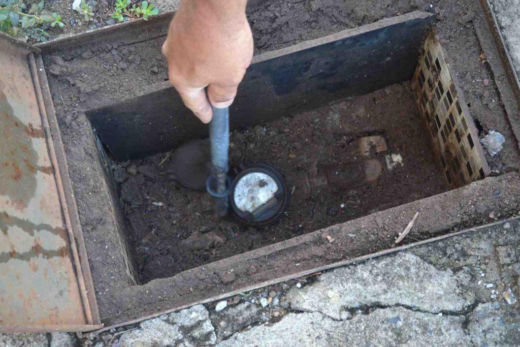 Uberlândia: Dmae recomenda troca de hidrômetros da calçada para a parede