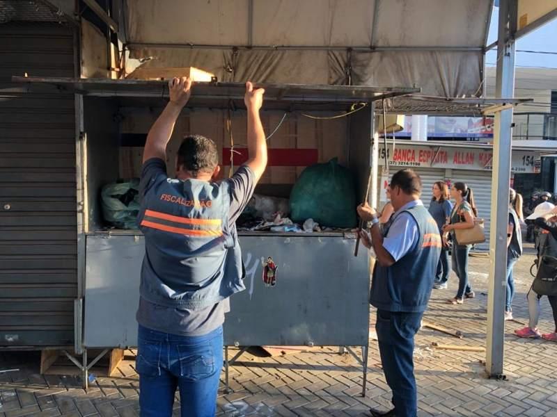 Divinópolis: força-tarefa remove camelódromo, no total de 78 boxes, na rua São Paulo