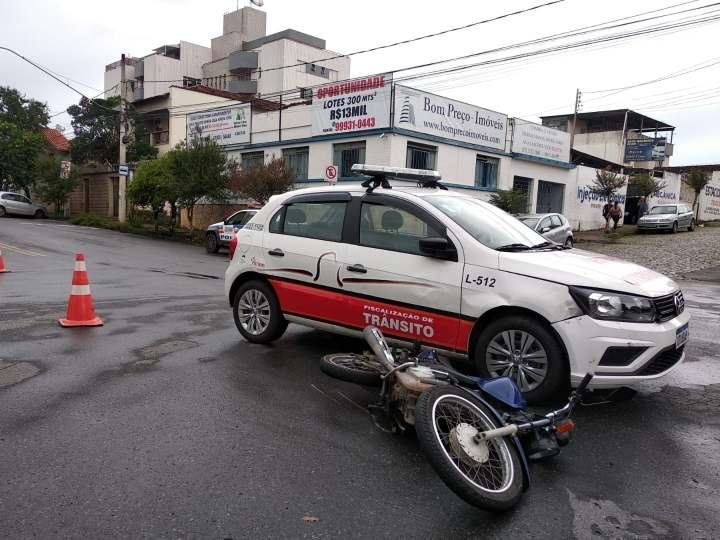 Divinópolis: motociclista sem CNH causa acidente com viatura da Secretaria de Trânsito
