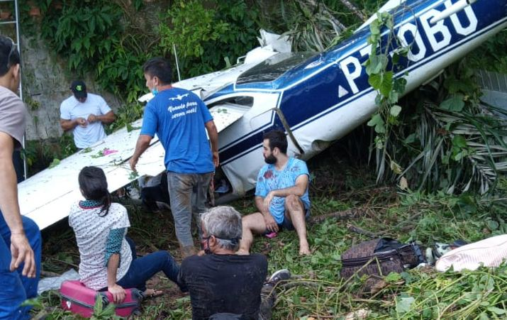 Cai avião com seis ocupantes, incluindo crianças e grávida