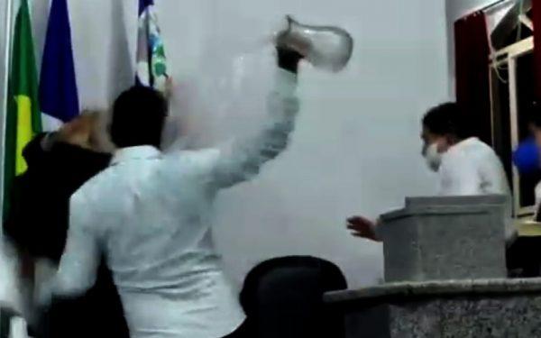Briga na Câmara: vereador dá soco e é atingindo por jarra de vidro. Veja vídeo
