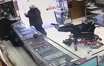 Cadeirante mudo assalta joalheria com arma de plástico nos pés e bilhete. Veja vídeo
