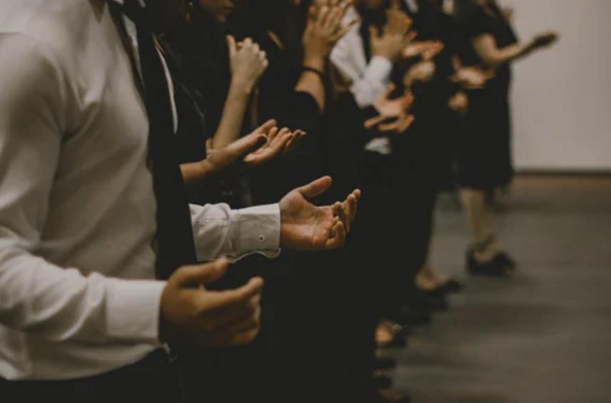Celebrações religiosas suspensas e pedido de exame para entrar em cidades