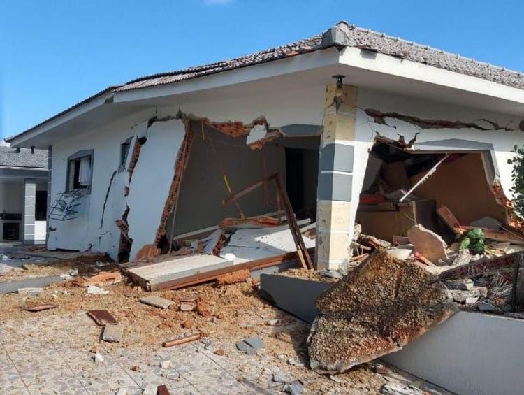 Explosão de botijão gás destrói casa