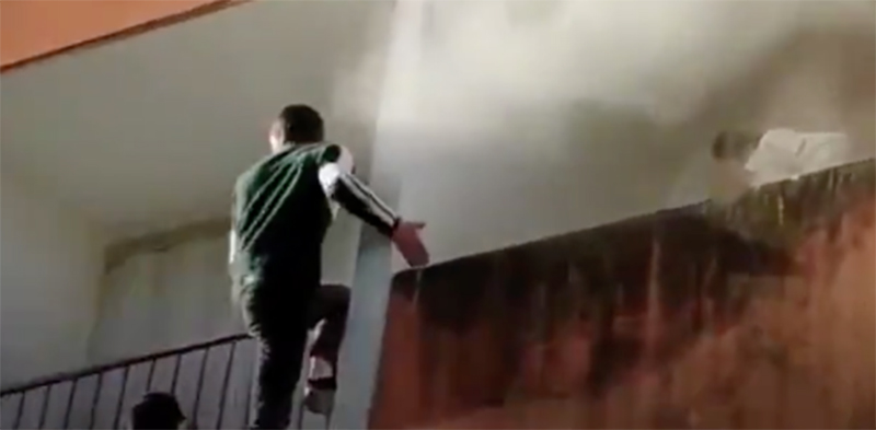 Flagrante: populares escalam prédio para salvar idoso de incêndio. Veja vídeo
