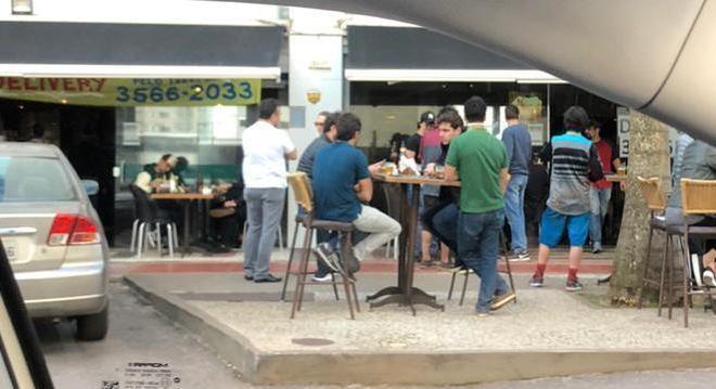 Prefeitura proíbe consumo de bebida alcoólica em restaurante e limita permanência em 1h