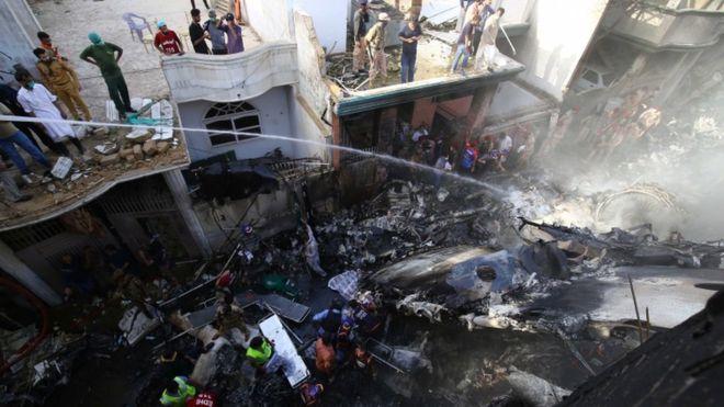 Sobrevivente de queda de avião com 97 mortos relata como escapou: 'andei em direção da luz'