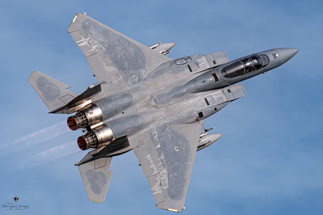 Cai caça F-15 da Força Aérea dos Estados Unidos. Piloto é procurado
