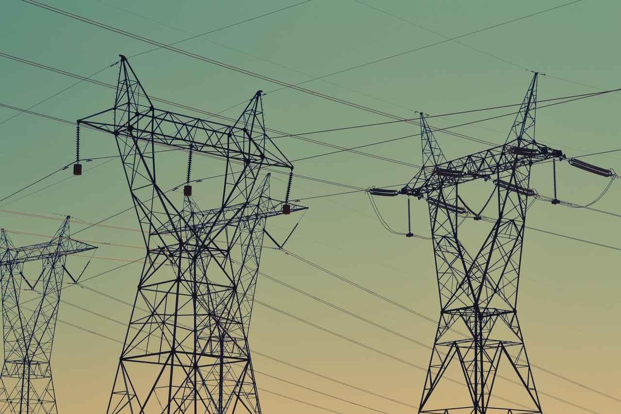 Homem sobe em torre de alta tensão e metade de país fica sem energia elétrica