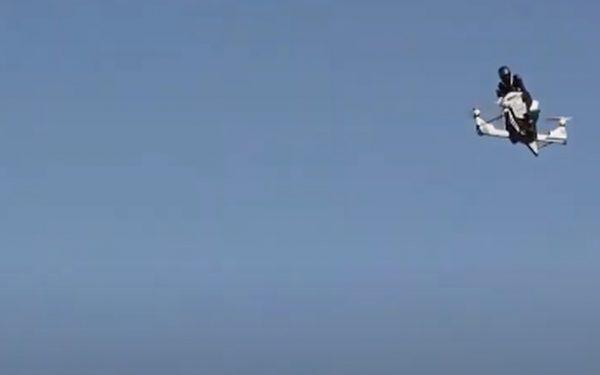 Moto voadora cai durante apresentação. Veja vídeo