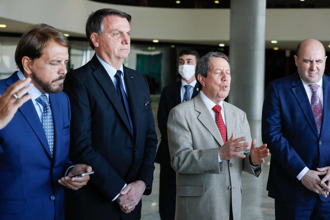 Se parlamentares baixarem salários, Bolsonaro diz que aumenta auxílio