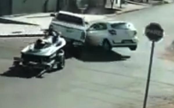 Caminhonete puxando moto aquática é atingida por veículo e invade adega
