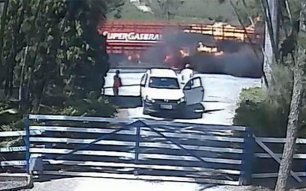 Flagrante: carreta com 765 botijões de gás pega fogo na MG-050