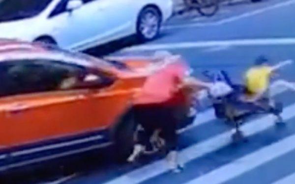 Criança é arremessada de carrinho atingido por veículo