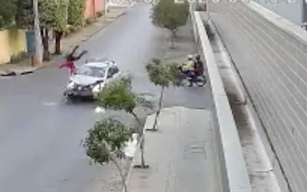 Flagrante: motociclista é arremessado para o alto