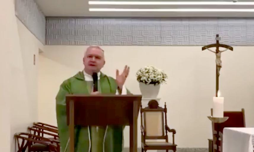 Padre chama Bolsonaro de 'bandido' e fala que eleitores precisam confessar