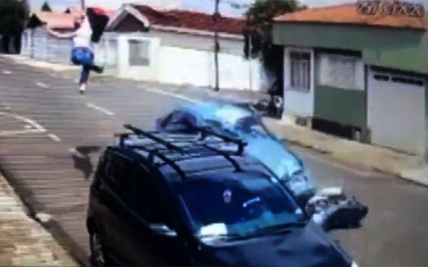 Entregador morre ao ser atingido e arremessado em cima de outro carro