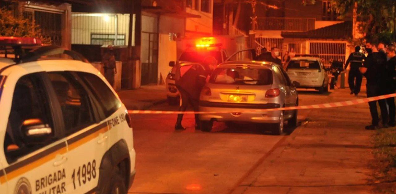 Ciclistas executam grávida e homem dentro de Peugeot
