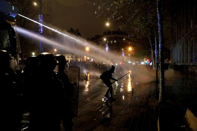 Conflito de manifestantes e policiais em Paris